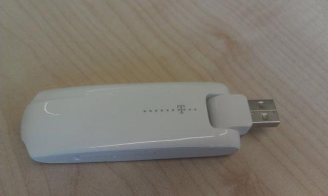 Telekom Speedstick LTE (Huawei E398) Vorderseite geöffnet